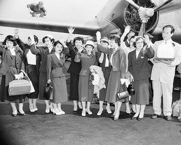 21. Hiroshima'dan sağ çıkan 10 Japon kadın, tedavi sürecinde girdikleri ameliyattan sonra New York'ta fotoğrafçılara el sallıyor.