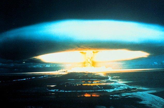 22. 15 megatonluk termonükleer bomba, Bikini Atoll üzerinde patlatılıyor. Test sonucunda nükleer atıkların beklenmedik şekilde bölge dışına sıçraması, beraberinde radyoaktif kirlilik üzerine araştırmaları getirdi.