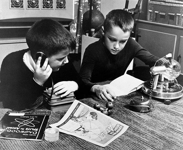 26. İki çocuk, atomik temalı oyuncaklarıyla oynuyor.