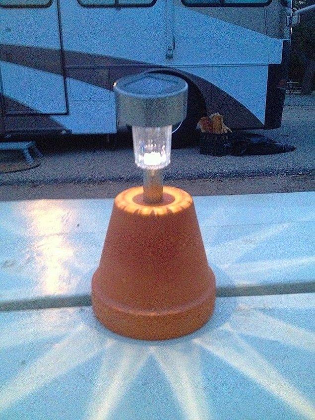 19. Güneş enerjisiyle çalışan bahçe lambalarını ters çevirdiğiniz saksıya bu şekilde monte edin.