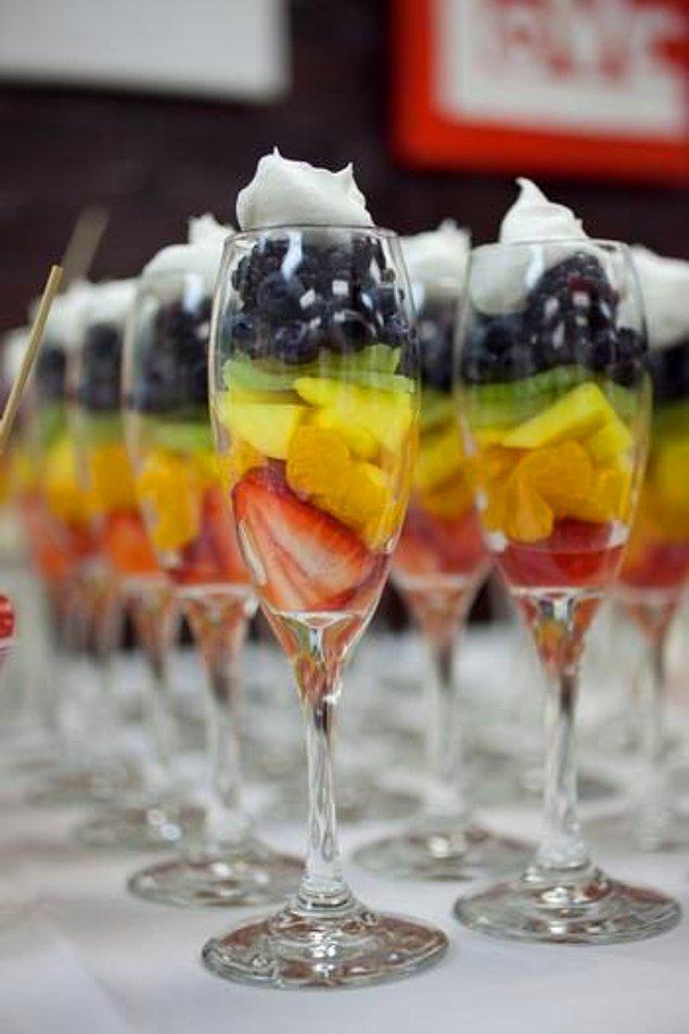 10. Davetleriniz için meyve salatalarını porsiyonlar olarak şık bardaklarda servis edebilirsiniz.