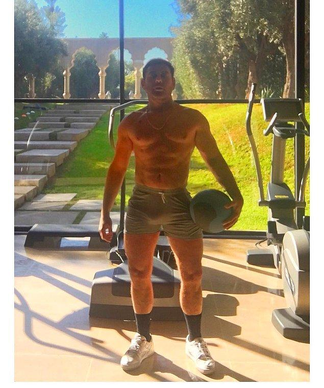 Adam sadece iyi bir kariyer için değil, iyi bir vücut için de çalışıyor!