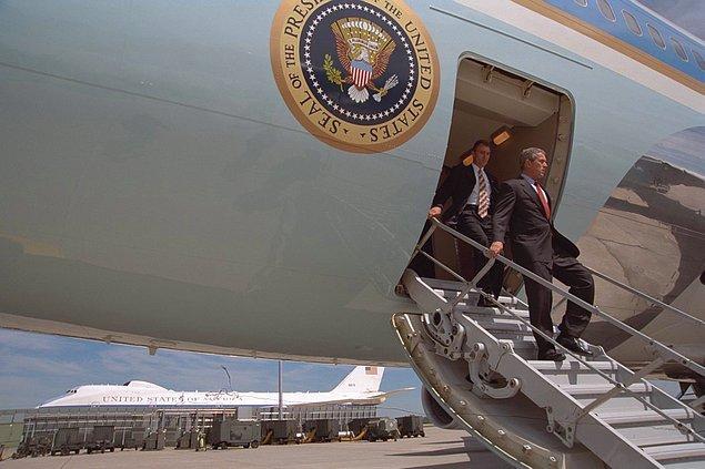 13. George Bush, Offutt Hava Kuvvetleri Üssüne geldiğinde.