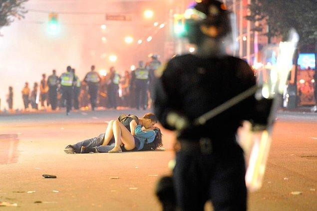2. Stanley Cup Finals son maçta kaybedilince Vancouver'da çıkan olaylar ve olayların ortasında öpüşen çift:
