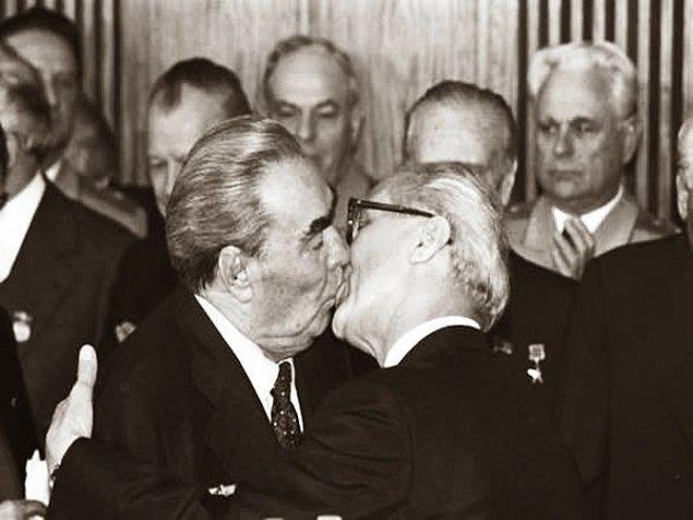 15. Erich Honecker ve Leonid Brezhnev'den, dünyanın en ünlü sosyalist dayanışma ve kardeşlik öpücüğü: