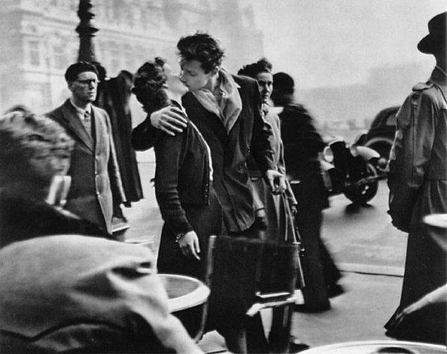"16. ""Paris ve aşk"" sembolü haline gelen Robert Doisneau'ya ait meşhur fotoğraf ""Le baiser de l'hôtel de ville"""