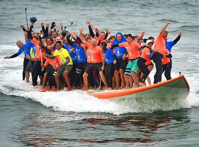 3. 66 sörfçü tek bir sörf tahtası üzerinde, bir dalgayı aynı anda aşan en fazla sayıda sörfçü rekorunu kırarak Guinness Rekorlar Kitabı'na girmiş... 🤗