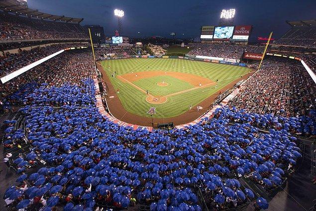6. Beyzbol maçı izleyen taraftarlar Guinness Rekorlar Kitabı'na girmek için aynı anda şemsiye açarken: