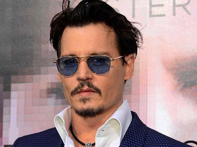 Oynadığı filmlerdeki eğlenceli karakterlerine rağmen, Johnny Depp de kırmızı halı törenlerinde ciddi bir duruş sergilemeyi seviyor.