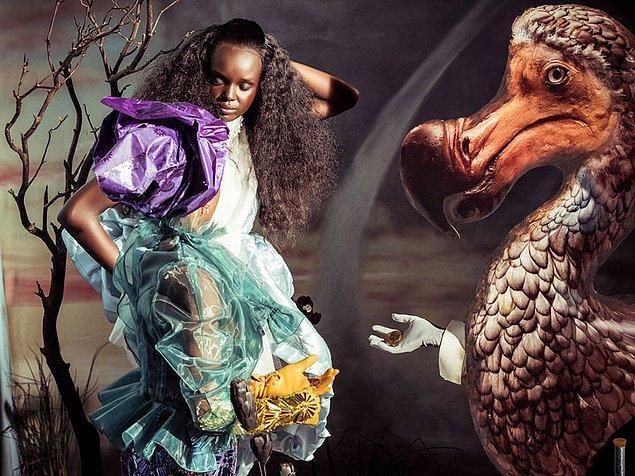 İngiliz Vogue editörü Edward Enninful tarafından tasarlandı takvim, kendisi ilk kez büyük bir kadın moda dergisi tasarlayan siyahi insan.