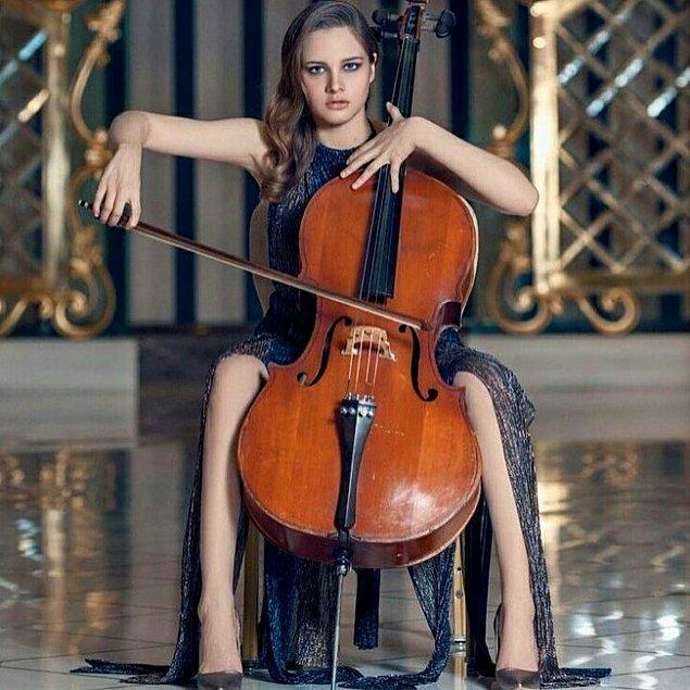 3. Güzel Sanatlar Lisesi Müzik Bölümü mezunu, çello çalıyor ve enstrümanını çok seviyor, sesi de aşırı güzel. 😊🎶🎶