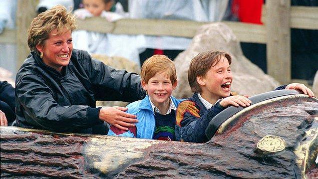 """""""Biz futbol oynarken bizi izlemeye gelirdi, çoraplarımızın içine gizlice şeker sokardı,"""" - Prens Harry."""