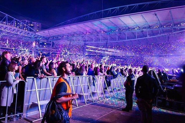 Fosforlu işçi yelekleriyle sahne önünden Coldplay konseri izlediler!