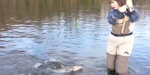 Yakaladığı Balıktan Ölümüne Korkan Kadın