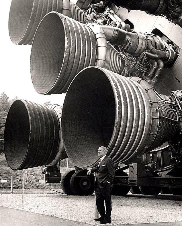 12. Almanya ve ABD'de roket teknolojisinin gelişmesini sağlayan bilim insanı Wernher von Braun, yaklaşık 6 metre yüksekliğindeki NASA'nın F-1 roketinin yanında poz verirken, 1960'lar.