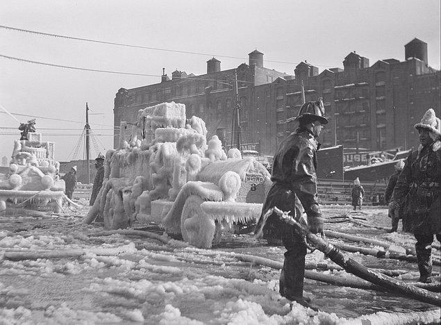 21. Kontrol altına alınmış büyük bir yangın sonrası 0 derecenin altında bir havada donan itfaiye araçları, Boston, ABD, 1920'ler.