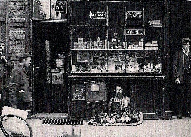 25. Londra'daki en küçük dükkanlardan biri olan 1.2 metrekarelik bir ayakkabı mağazası, 1900'ler.