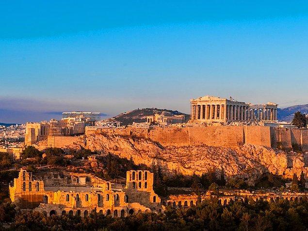 13. Yunanistan'da antik alanlarda topuklu ayakkabı giymek yasal değildir.