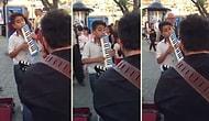 Melodikasıyla Sokak Sanatçılarına Eşlik Ederek Muhteşem Bir Ortam Yaratan Çocuk