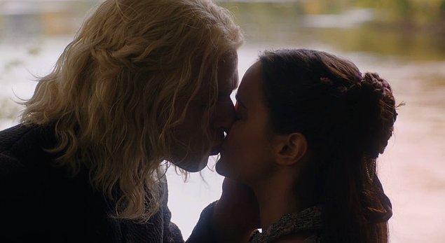 Onlar işlerini hallederken bu sezon üç gözlü kuzgun triplerlerine giren Bran, Jon'un gerçek kimliğini tüm detaylarıyla açıkladı. Sevişmelerini izlerken de Daenerys'in Jon'un halası olduğunu öğrendik.