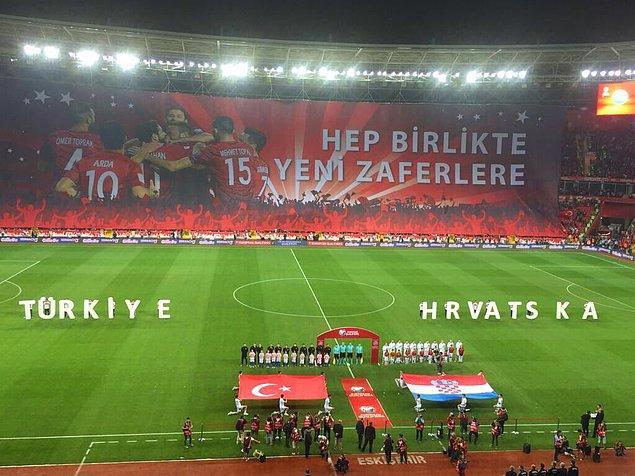 Bunun başlıca nedeni, Eskişehir'in futbol kültürü olan bir şehir olması. Onun dışında İstanbul'da oynanan milli maçlarda, tribünlerde yaşanan üç büyüklerin gruplaşmaları burada olmuyor.
