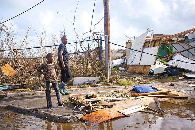 17. Vatandaşlar Marigot şehrinde hasarı inceliyor.