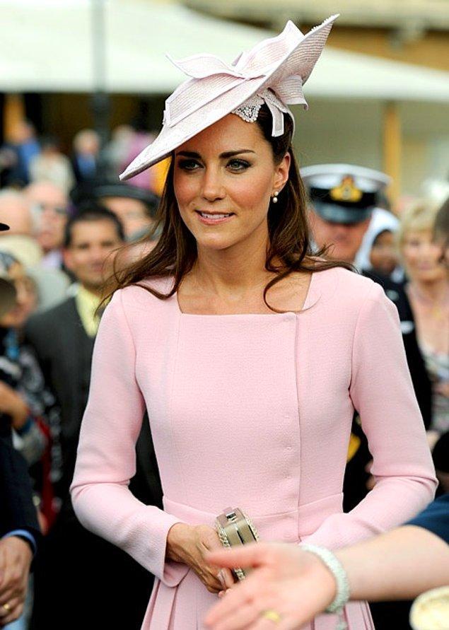 9. Kıyafetlerini çoğunlukla şapka ve saç aksesuarlarıyla tamamlıyor.