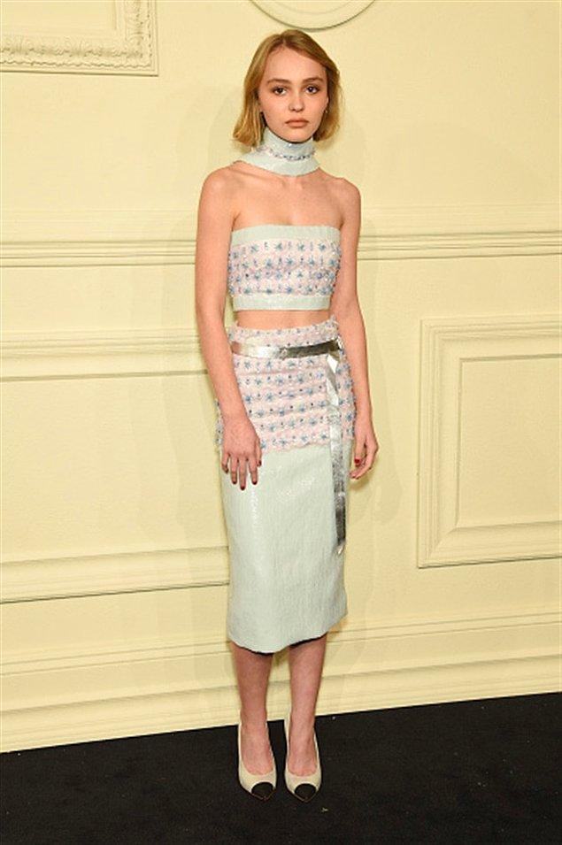 İlk modellik deneyimini 15 yaşında gerçekleştiren Lily-Rose, resmi olarak ilk kez kırmızı halıya bir Chanel etkinliğinde çıktı.