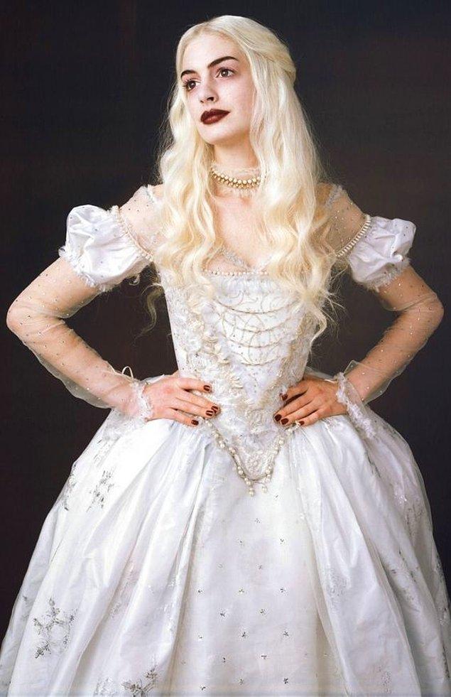 10. Alice Harikalar Diyarında'da Beyaz Kraliçe ile bütünleşen elbise.