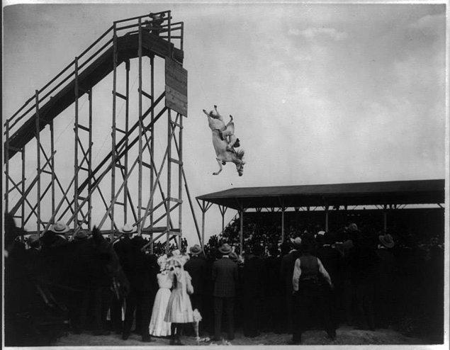 16. Colorado'da 4 Temmuz 1905 yılında düzenlenen bir atlı dalış etkinliğinde Eunice Padfield ve atı.