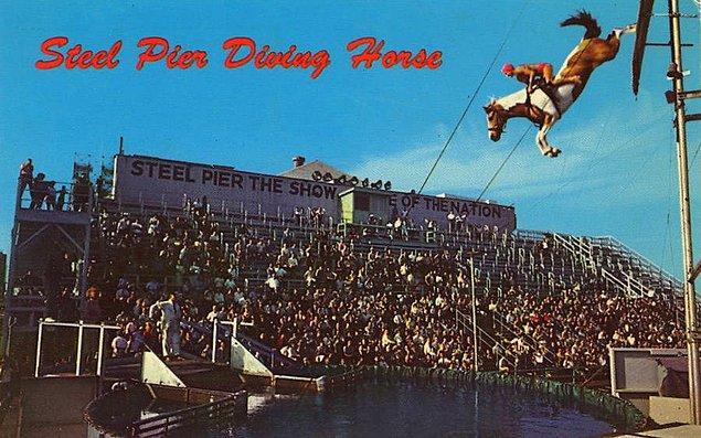17. 1960'lı yıllara ait bu kartpostalın üzerinde ünlü spor atlı dalış gösterilmiş.