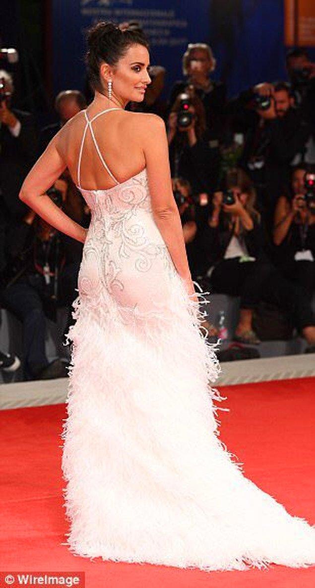 13. Biraz da kırmızı halı şıklığına bakalım! Penelope Cruz, Venedik Film Festivali kapsamında Loving Pablo'nun galasına katıldı ve muazzamdı!