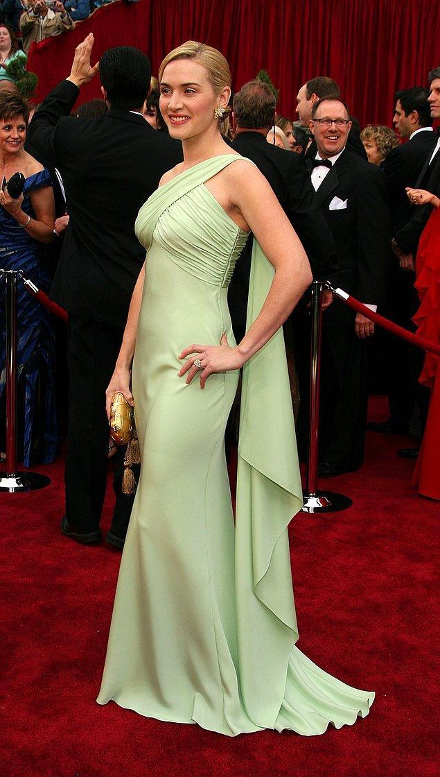 10. Sıra geldi 100.000 ve üzerlerine! Kate Winslet, 2007 yılındaki törende kızı Mia'nın seçtiği Valentino imzalı bir elbiseyle boy göstermişti. Bu zarif elbise tam olarak 100.000$.