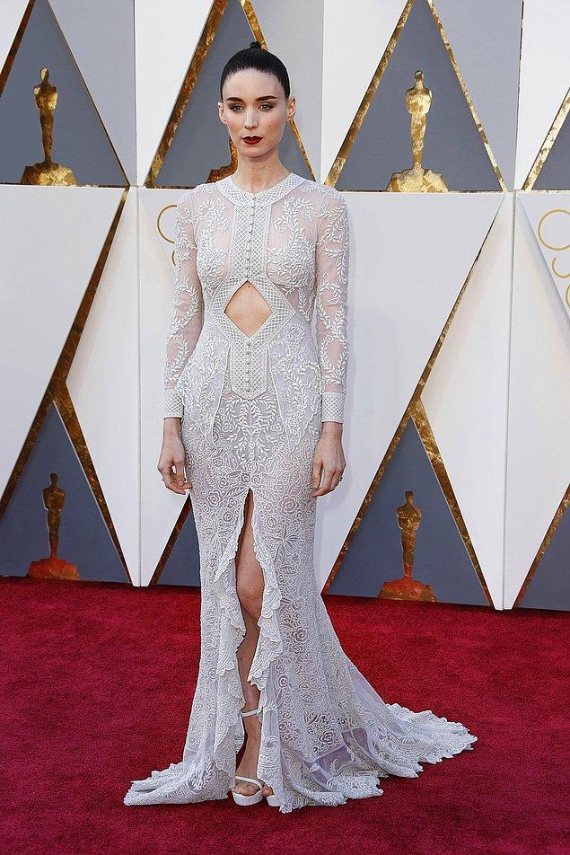 6. 100.000$'lık son elbiseyse Rooney Mara'nın 2016 ödül töreninde giydiği Givenchy imzalı bu zarif ve bir o kadar cesur elbise.