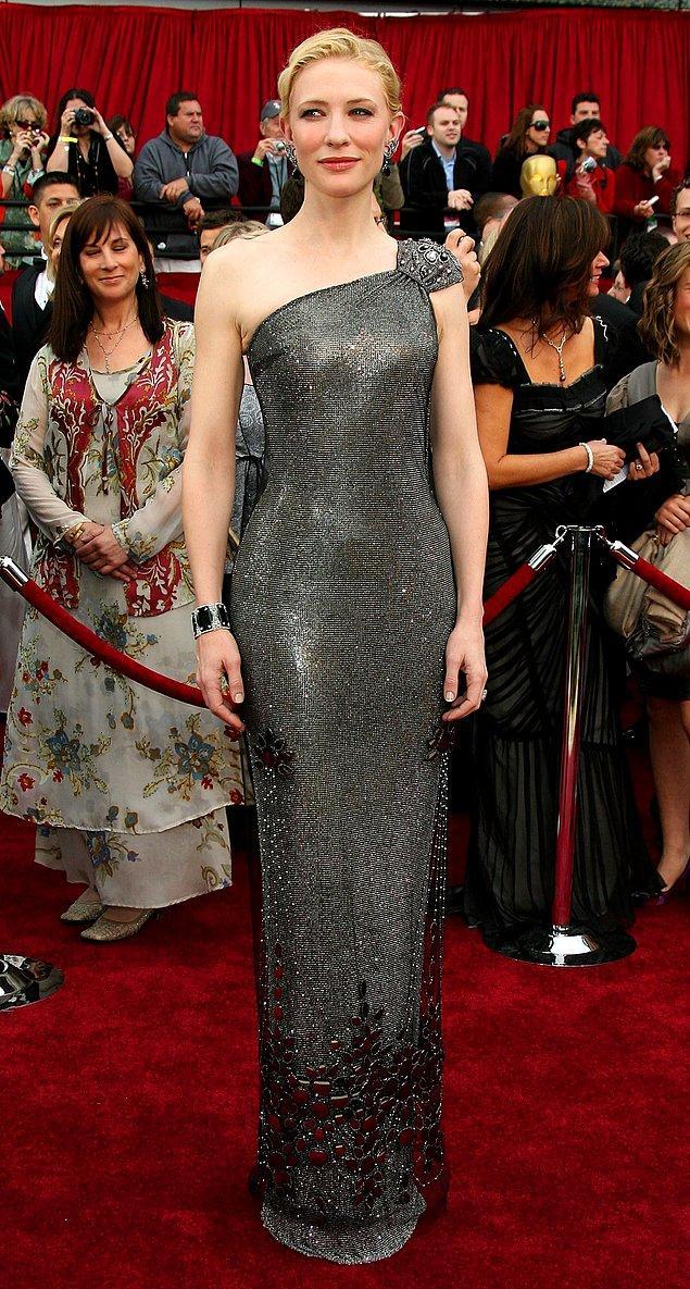 4. Swarovski taşlardan vazgeçmeyen Cate Blanchett'ın 2007 yılındaki törende giydiği yine Armani Privé imzalı elbisenin fiyatı 200.000$.