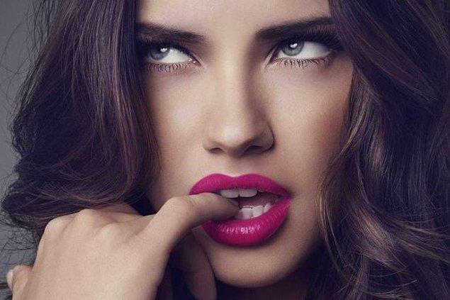 2. Öncelikle dudaklarınızı ön plana çıkaracak bu tarz renkleri kullanıyorsanız göz makyajınızı minimum tutmanızda fayda var.