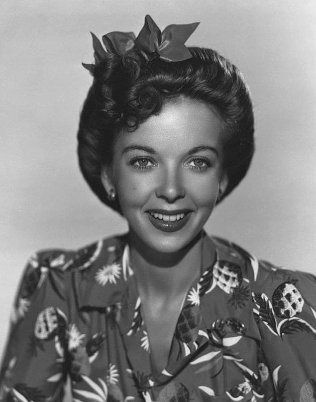 9. Oyuncu ve yönetmen Ida Lupino'ya göre yüz temizleyicisine tuz eklemek ve çene altındaki çizgiye hızlı hızlı vurmak mükemmel cildin en önemli sırlarındandı.