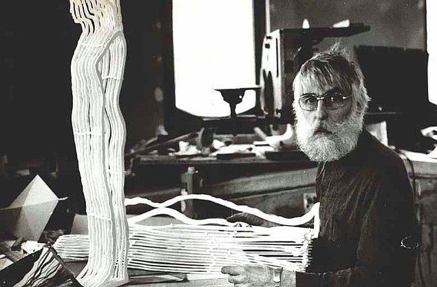 1980 yılında tamamlanan ve bir yıl sonra İlhan Koman'a Sedat Simavi Vakfı Görsel Sanat Ödülü'nü kazandıran heykelin ortaya çıkışını sanatçı şöyle ifade etmişti: