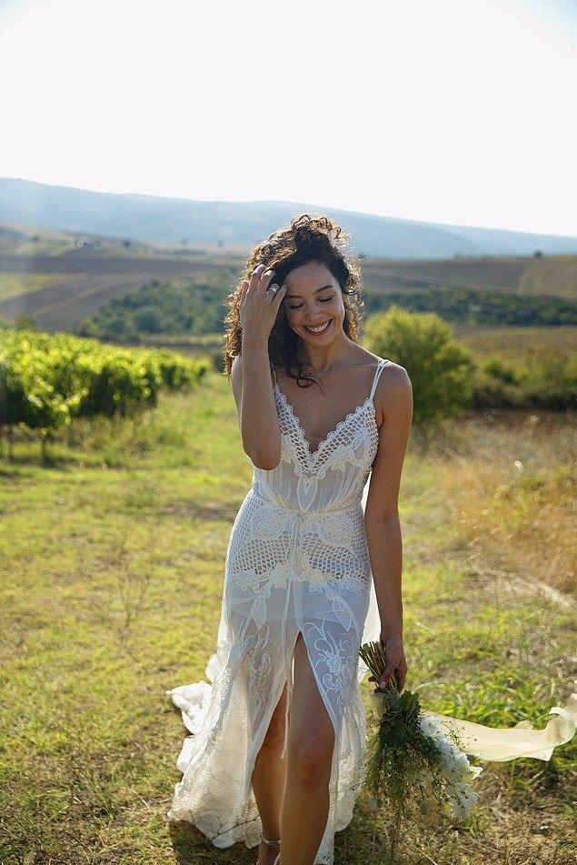 10. Tescilli güzelimiz Azra Akın düğününde 2 gelinlik giymeyi tercih etti.