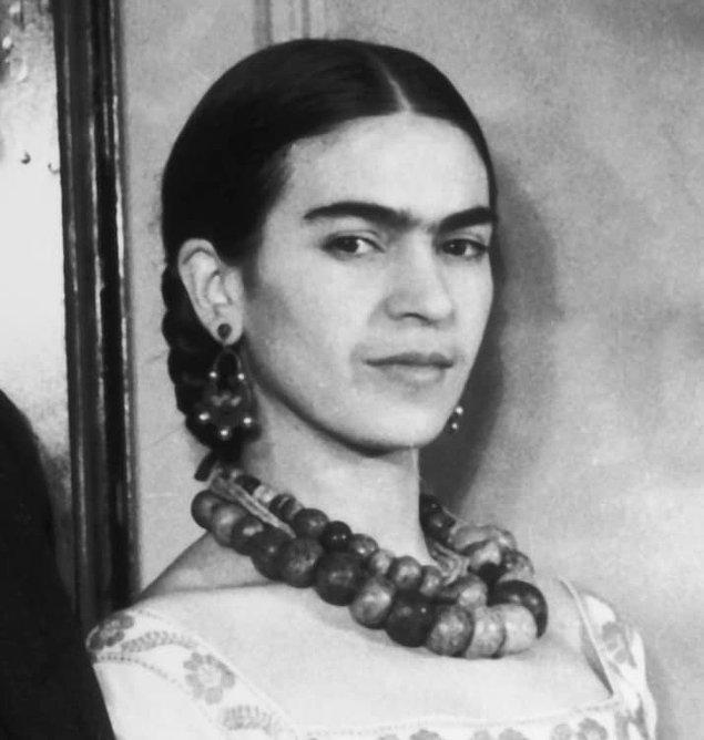 Tek kaş ve kadın kelimelerinin içinde geçtiği bir cümle duyunca aklımıza ilk gelen hep Meksikalı sanatçı Frida Kahlo olur.