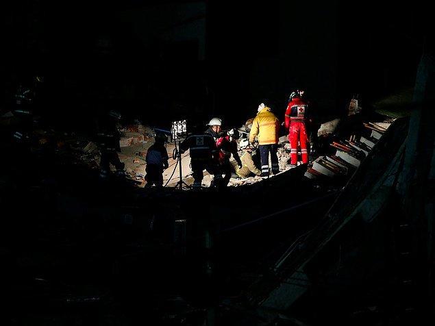 Depremin üzerine bir de neredeyse şehrin tamamında elektrikler kesilince, kurtarma timleri de bu çok kısıtlı aydınlatmalarla idare etmek zorunda kalmış.