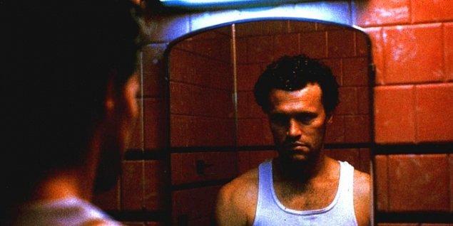 Eğer Henry'nin hayatına daha yakından bakmak isterseniz 1986 yapımı Henry: Portrait of a Serial Killer filmini izlemenizi öneririz.