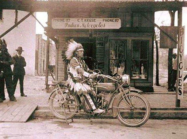 7. Bir Kızılderili,  Indian(Kızılderili) marka motosiklete binip poz verirken, 1910'lar.