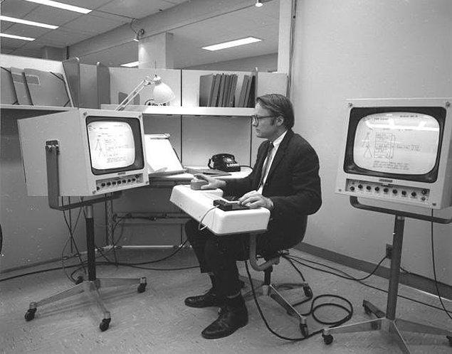 12. Bill English; fare, video konferans, e-mail başta olmak üzere bugün bilgisayarların ayrılmaz parçası haline gelen birçok teknolojiyi barındıran demonun üzerinde çalışırken, 1968.