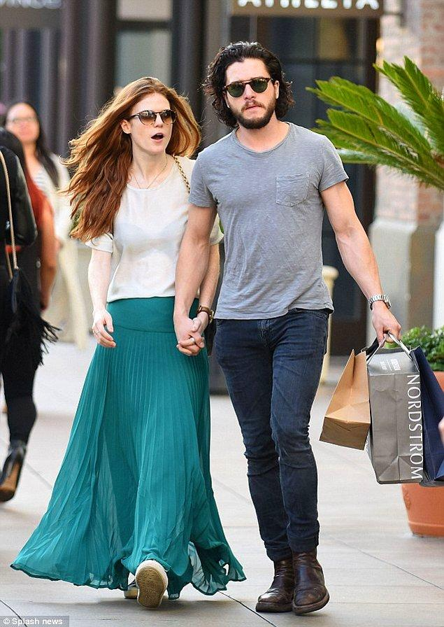 Game of Thrones'da canlandırdıkları sevgili rolü sonrası Kit Harrington ve Rose Leslie, 2012 yılında sevgili olmaya başladılar.