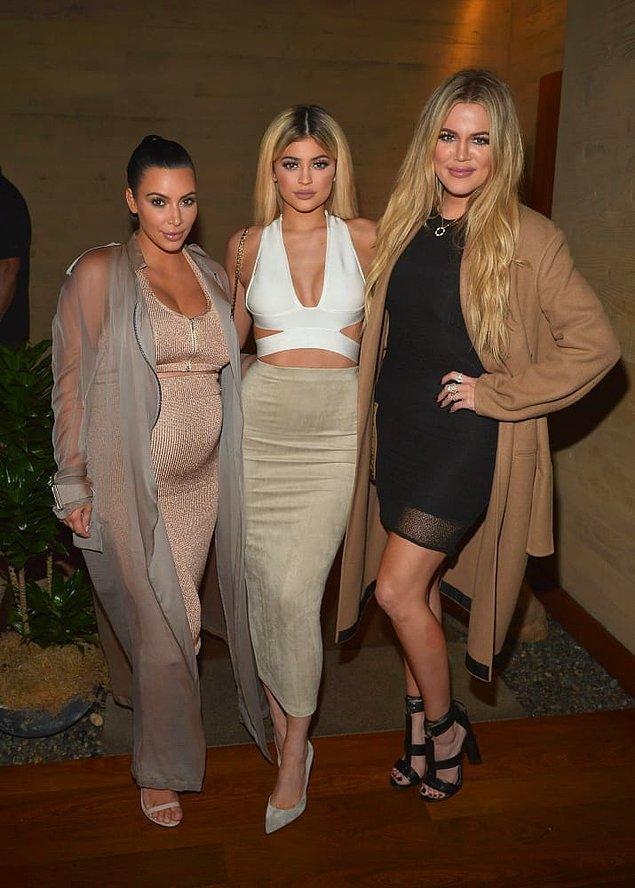 Kim Kardashian, Khloé Kardashian ve Kylie Jenner kardeşler bu sefer de aynı anda gelen bebek haberleriyle gündemde.