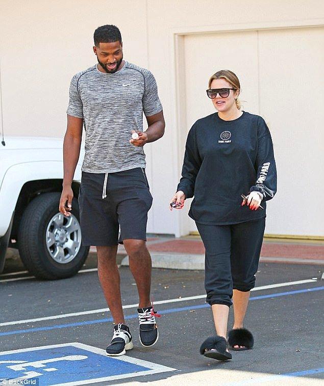 Khloé bebeğinin babası ile 1 yıldır mutlu bir ilişki yaşıyor. Bu ayın başlarında bir basketbol maçından çıkarken böyle görüntülenmişlerdi.