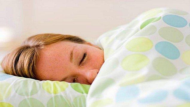 1. Ağır battaniye altında uyumak anksiyeteyi azaltıyor. Babaanne yorganının hikmeti belli oldu!
