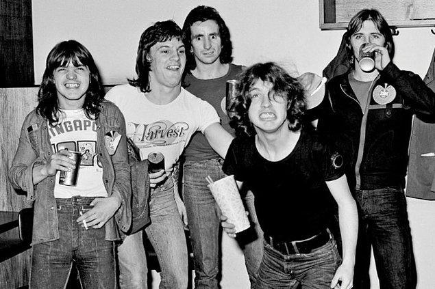 3. Biraz müzik tarihine dalalım. AC/DC grubu Highway to Hell şarkısının içine tersten satanik bir mesaj saklamaktan dolayı suçlandığında gitarist Angus Young şarkıda gizli bir mesajın olmadığını, zaten şarkının adının doğrudan ve açıkca satanik olduğunu (Cehenneme Giden Otoyol) ifade etmiş.