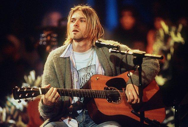 """5. Neil Young, Kurt Cobain'in intihar notunda kendi sözü olan """"Kül olup gitmektense, yanıp sönmek daha iyidir""""e yer verdiğini öğrendiğinde kelimenin tam anlamıyla kahrolmuş."""